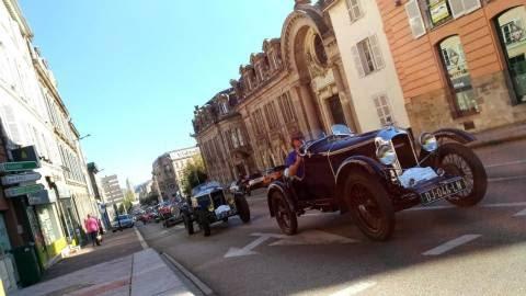 parade-en-centre-ville-des-vehicules-anciens-du-grand-prix-l_4983701.jpeg